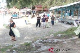 Volunteers Ceko kutip sampah di Pantai Pulo Sarok Singkil