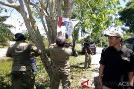 Satpol Singkil bongkar APK yang dipaku di pohon