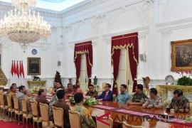 Presiden berbincang santai dengan para mantan Panglima TNI dan mantan Kapolri