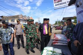 Bupati Nasir tinjau pasar murah Bulog - TNI