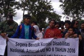 Di Bandung penyandang disabilitas aksi berjalan mundur