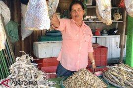 Ikan asin jadi buah tangan khas Bengkulu