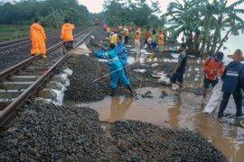 Perjalanan kereta api terganggu akibat banjir Jakarta
