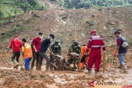 Anjing pelacak dikerahkan untuk mencari korban longsor di Sukabumi