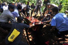 Lima jenazah korban tsunami Pandeglang yang tak teridentifikasi dimakamkan