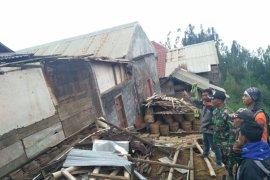 Satu Korban Koma dan 20 Rumah Rusak Diterjang Angin Kencang di Lumajang