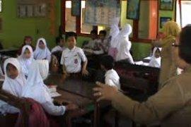 Pelajar Korban Tsunami Di Pandeglang Kembali Belajar