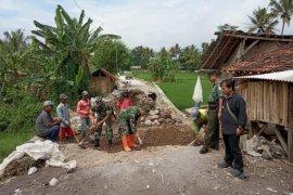 TNI AD bantu bangun jalan desa di Garut