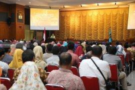 Risma Beri Pengarahan Ratusan Pemilik Toko Kelontong di Kota Surabaya