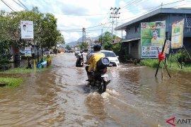 Sutarmidji janjikan perbaikan jalan raya Singkawang-Bengkayang