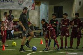 Legenda Liverpool ke Indonesia beri pelatihan dan inspirasi bagi anak-anak