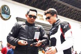 Marc Marquez diberi senjata Kujang oleh Gubernur Ridwan Kamil