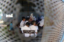 Belajar di Tenda Darurat