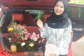 Sambut valentine, penjual bunga jajakan dagangan di Pantai Panjang