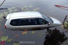 Pengemudi diduga ngantuk, mobil terjun ke Danau Dendam