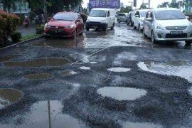Jalan KH Noer Ali Bekasi diperbaiki, pengendara diminta bersabar
