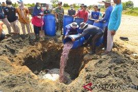 Ratusan kilogram ikan kapal nelayan Malaysia dimusnahkan