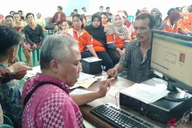 Disdukcapil-KPU Singkawang bagikan KTP elektronik kepada warga binaan