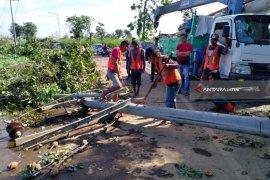 Dampak Angin Kencang, Listrik Ribuan Rumah Warga Jember-Lumajang Masih Padam