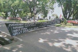 Pendemo kenaikan tarif PDAM blokade jalan di Telanaipura
