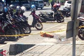 Pelempar tas di depan Mapolres Kota diduga gangguan jiwa