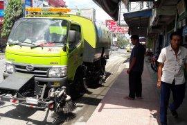 Mobil penyedot debu milik Dinas Lingkungan Hidup difungsikan