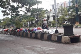 Sampah Penuhi Pembatas Jalan