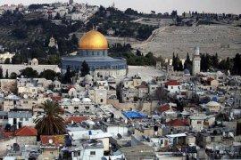 Rakyat Palestina Shalat di Luar Masjid Al-Aqsha Untuk Protes Penutupan