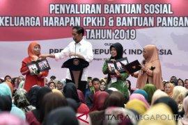 Presiden Serahkan Bantuan PKH dan Pangan