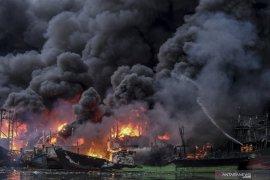 Kapal pembawa BBM terbakar, dua ABK luka bakar