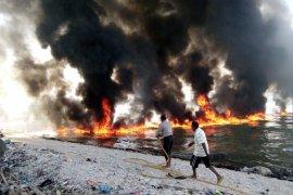 Kapal muat bahan pokok dan BBM terbakar
