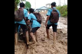 Siswa SMPN 8 Sepauk berbalur lumpur demi tiba di sekolah