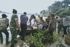 Ramai-ramai bersihkan sampah di Danau Sipin