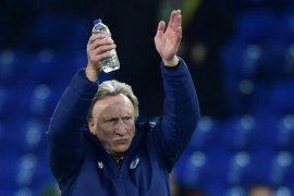 Setelah tiga tahun bersama, Warnock mundur sebagai manajer Cardiff