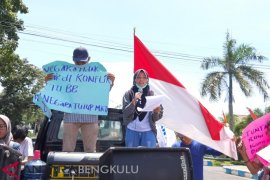 Anak petani korban PLTU Teluk Sepang sampaikan orasi di depan Kantor Gubernur