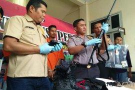 Polisi amankan dua pria bawa senpi rakitan