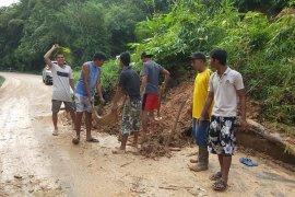 Jalan lintas negara RI - Malaysia tertutup longsor di Bengkayang