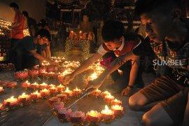 Umat Buddha Palembang nyalakan 1000 lilin Page 4 Small