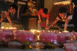Umat Buddha Palembang nyalakan 1000 lilin Page 2 Small