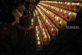 Umat Buddha Palembang nyalakan 1000 lilin Page 3 Small