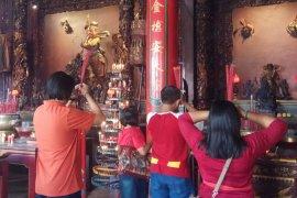 Umat padati vihara rayakan Imlek di Denpasar