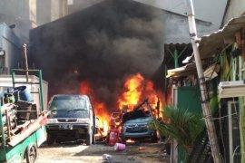 Kali ini teror pembakaran mobil terjadi di Kendal