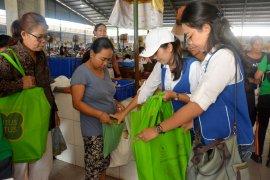 Pemkot Denpasar bagikan 450 tas belanja ramah lingkungan (video)