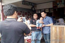 Warga 'buru' Tommy Kurniawan untuk foto bareng