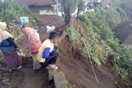 Longsor di Probolinggo, Akses Jalan Terganggu dan Satu Rumah Rusak Ringan