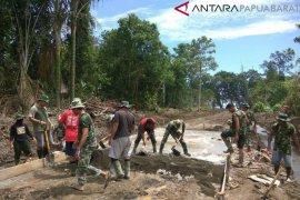 TNI dan warga berjibaku bangun jalan dan rumah di Kampung Ukopti Manokwari