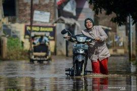 Jalan Andir Bandung tak bisa dilalui kendaraan akibat banjir