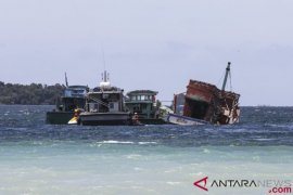 Lanal tenggelamkan tiga kapal Vietnam pencuri ikan