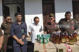Pemusnahan riibuan botol miras Malaysia di Kejari Kapuas Hulu