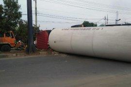 Tabrak pembatas jalan, truk tangki LPG terbalik